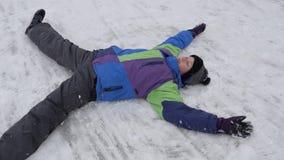 Потеха снега зимы подросток лежит в снеге видеоматериал