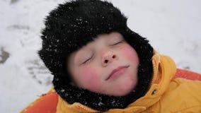 Потеха снега зимы Портрет мальчика snowing сток-видео