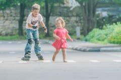 Потеха счастливого мальчика faving на scates ролика на естественном backgroun Стоковое Изображение