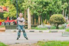 Потеха счастливого мальчика faving на scates ролика на естественном backgroun Стоковые Изображения