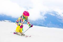 Потеха лыжи и снега Ребенок в горах зимы Стоковое Изображение