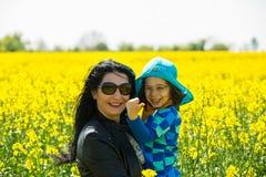 Потеха havinf матери и ребенка в рапсе Стоковая Фотография