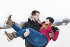 Потеха havinf 2 подростков на поле снега Стоковое Изображение RF