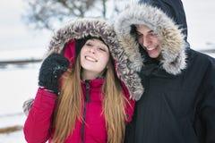 Потеха havinf 2 подростков на поле снега Стоковая Фотография RF