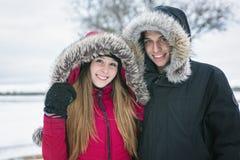 Потеха havinf 2 подростков на поле снега Стоковое Изображение