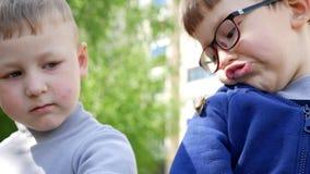 Потеха ` s детей весной сток-видео