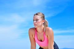 Потная женщина пригодности утомляла после тренировки Стоковое Изображение RF