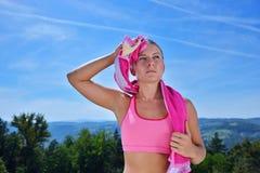 Потная женщина пригодности утомляла после тренировки Стоковое Изображение