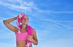 Потная женщина пригодности утомляла после тренировки Стоковая Фотография RF
