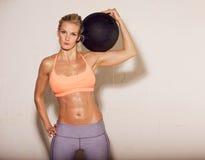 Потный спортсмен с шариком на ее плече Стоковое Изображение RF