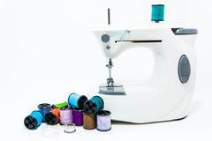 Потоки и кнопки с швейной машиной иллюстрация штока