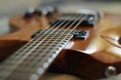 Потоки и мосты Съемка крупного плана гитары идола WI-64 Washburn электрической с мостом настройки-o-matic стоковая фотография rf