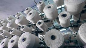 Потоки машины завода ткани наматывая на катушкы промышленная производственная линия ткани сток-видео