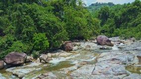 Потоки Crystal Creek вида с воздуха среди камней заводами