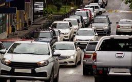 Поток автомобилей на часе пик стоковое изображение