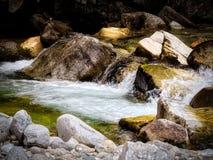 Поток воды горы в Bansko стоковое фото