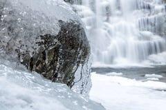 Поток воды замерзается на камне стоковое фото rf