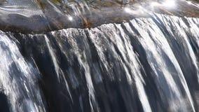 Поток воды ручья с небольшой трещиной видеоматериал