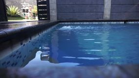 Поток воды тихого poolwith малый сток-видео