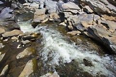 Поток воды однако камень стоковые изображения