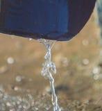 Поток воды фонтанируя от livnestok дренажа Стоковое Изображение RF