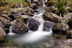Поток в гористых местностях, Шотландия горы стоковые фотографии rf