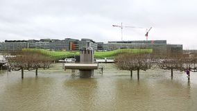Поток в Париже - городском пейзаже акции видеоматериалы