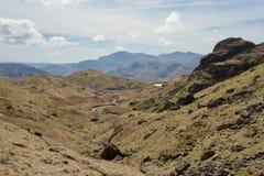 Поток в топкой вересковой пустоши горы, пропуская к озеру Тарна/пруду в расстоянии стоковое изображение