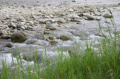 Поток горы пропуская от ледника Стоковая Фотография