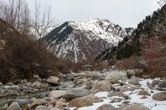 Поток горы среди камней Стоковые Изображения