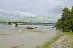 Поток Дуная в городке Komarom, Венгрии, 5-ое июня 2013 Стоковые Изображения RF