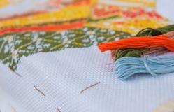 Поток крупного плана красочный для вышивки вышивки крестиком Стоковые Изображения
