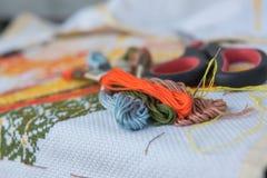 Поток крупного плана красочный для вышивки вышивки крестиком Стоковая Фотография