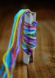 Поток обернутый вокруг зажимки для белья Стоковое Фото