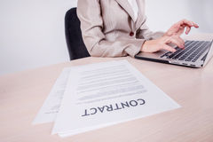Поток операций Бизнесмен сидя на таблице и печатая дело Стоковые Изображения RF
