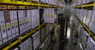 Поток операций в складе фабрики, работники сделает работу в современном складе Летание между строками в запасе видеоматериал