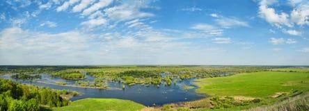 Поток Река и поле на солнечный весенний день Стоковая Фотография