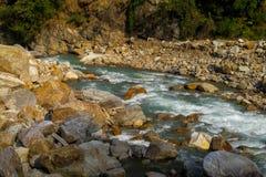 Поток реки бежать среди утесов стоковое изображение