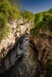 Поток реки в ущелье стоковые изображения