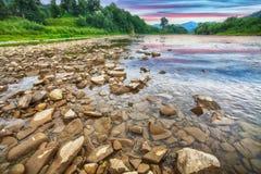 Поток реки горы воды в утесах с величественным небом стоковое фото rf
