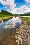 Поток реки горы воды в утесах с голубым небом стоковое изображение rf