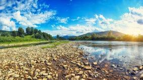 Поток реки горы воды в утесах с голубым небом стоковые фото