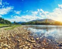 Поток реки горы воды в утесах с голубым небом стоковые изображения