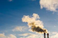 Поток темного дыма от печной трубы фабрики Стоковое фото RF
