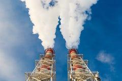 Поток темного дыма от печной трубы фабрики Стоковое Изображение RF