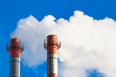 Поток темного дыма от печной трубы фабрики Стоковое Фото