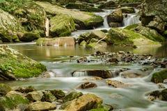 Поток, утесы и мох - 2 стоковое фото rf