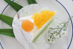 Поток яичного желтка золота cak звонка испечет и Pandan или тайского языка Стоковые Изображения RF