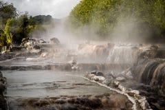 Поток Waikite горячие и террасы, вулканическая долина стоковые изображения rf