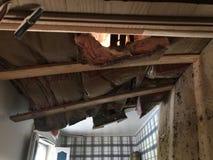 Потолок и изоляция обрушились во время урагана стоковые фотографии rf